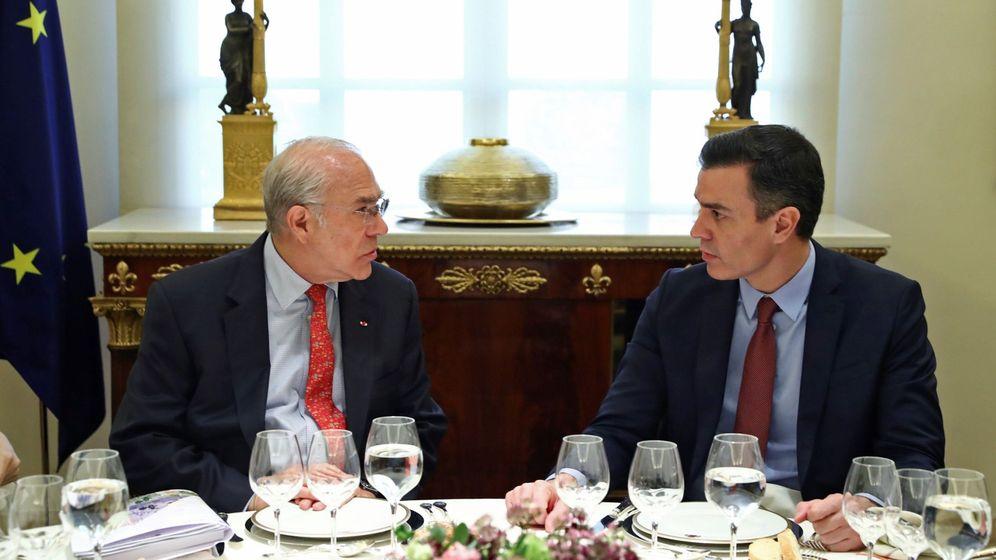 Foto: El presidente del Gobierno, Pedro Sánchez, almuerza con el secretario general de la OCDE, Ángel Gurría. (EFE)