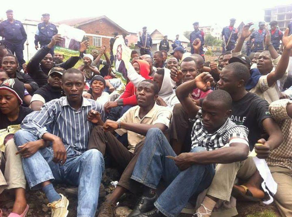 Foto: Miembros del grupo LUCHA durante una sentada protesta en Kinshasa (Foto: Facebook).