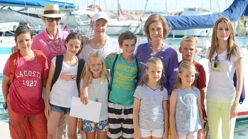 Foto: Esta es la última imagen de doña Sofía con sus ocho nietos. Fue tomada en Mallorca en 2013. (Gtres)