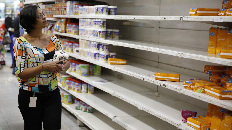 Foto: Una mujer en un supermercado de Caracas con problemas de abastecimiento en algunos productos. (Reuters)