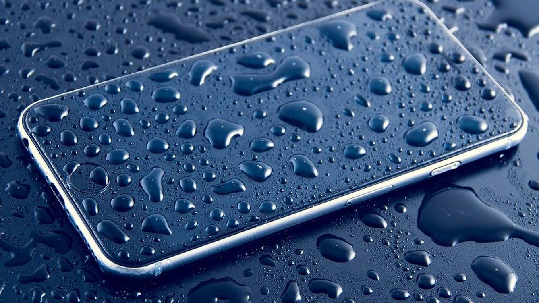 ¿Cómo limpiar tu teléfono móvil y no tener que tirarlo a la basura después?