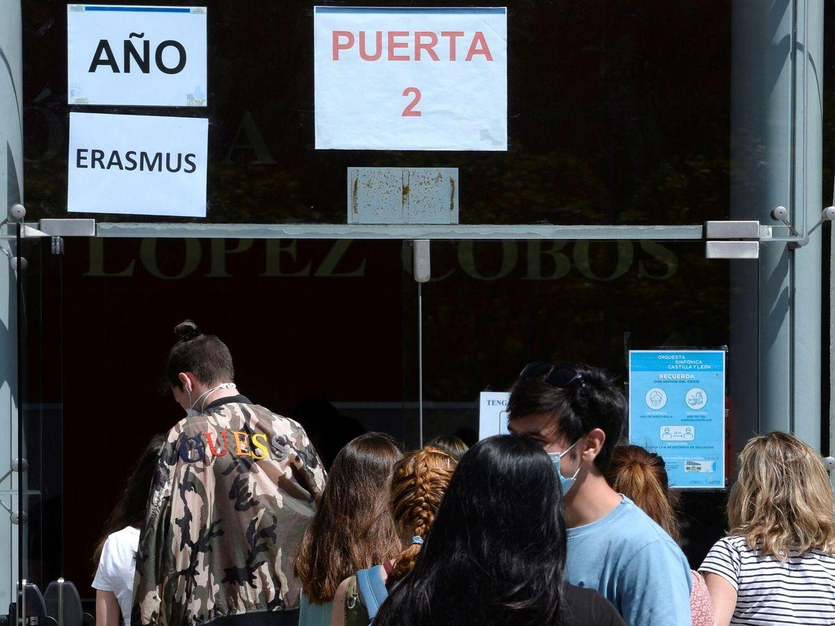 Foto: Vacunación en Valladolid de estudiantes Erasmus. (EFE)