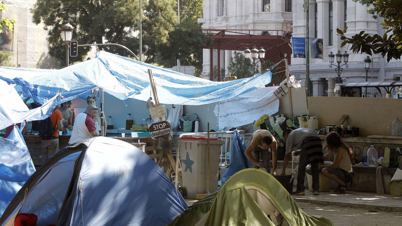 Foto: Un grupo de personas ha acampado por más de tres meses frente a El Prado para exigir una vivienda digna para los sin techo. (EFE)