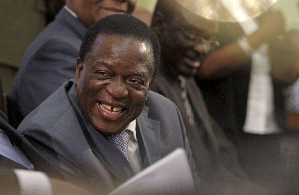 Foto: Emmerson Mnangagwa escucha a Mugabe durante una intervención en el Parlamento, en Harare. (Reuters)
