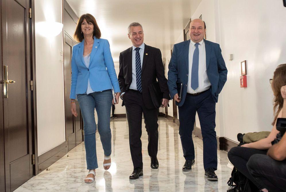 Foto: Idioa Mendia, Iñigo Urkullu y Andoni Ortuzar durante un encuentro. (EFE)