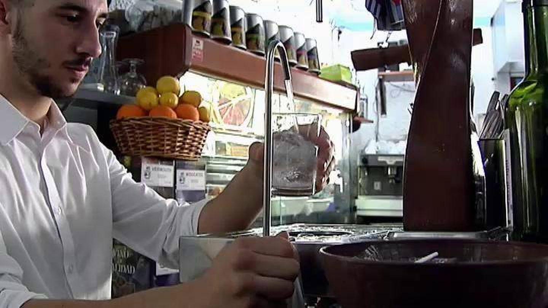 Un camarero sirve un vaso de agua del grifo. (Atlas)