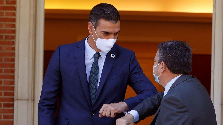 El presidente del Gobierno, Pedro Sánchez, recibe al portavoz del PNV en el Congreso, Aitor Esteban. (EFE)