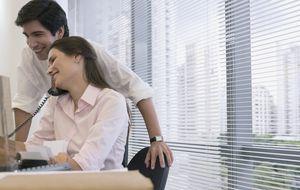 Los diez signos inequívocos de que alguien te tira los tejos en el trabajo