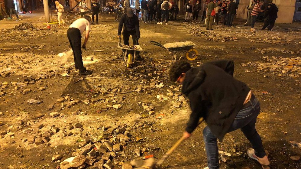 Foto: Un grupo de vecinas limpia los destrozos causados por los manifestantes. (Foto: Ángel Villarino)