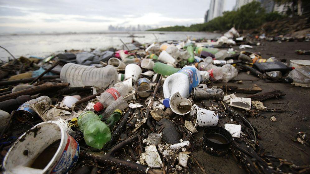 Foto: El plástico está matando los mares y destrozando las playas (EFE/Carlos Lemos)