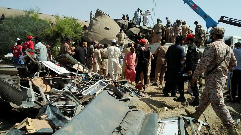 Mueren 35 personas en la colisión de dos trenes en Pakistán y unas 50 siguen atrapadas