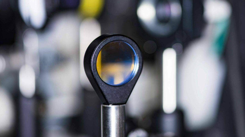 Foto: Un chip de cristal circular que contiene un microresonador óptico (IBM/Skoltech)