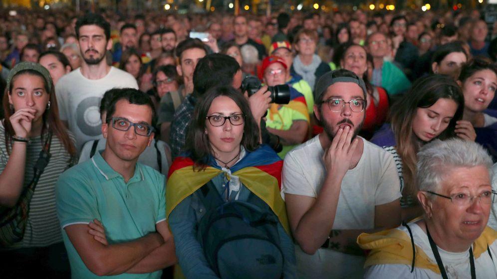 Foto: Independentistas, en los alrededores del parque del Parlament. (EFE)