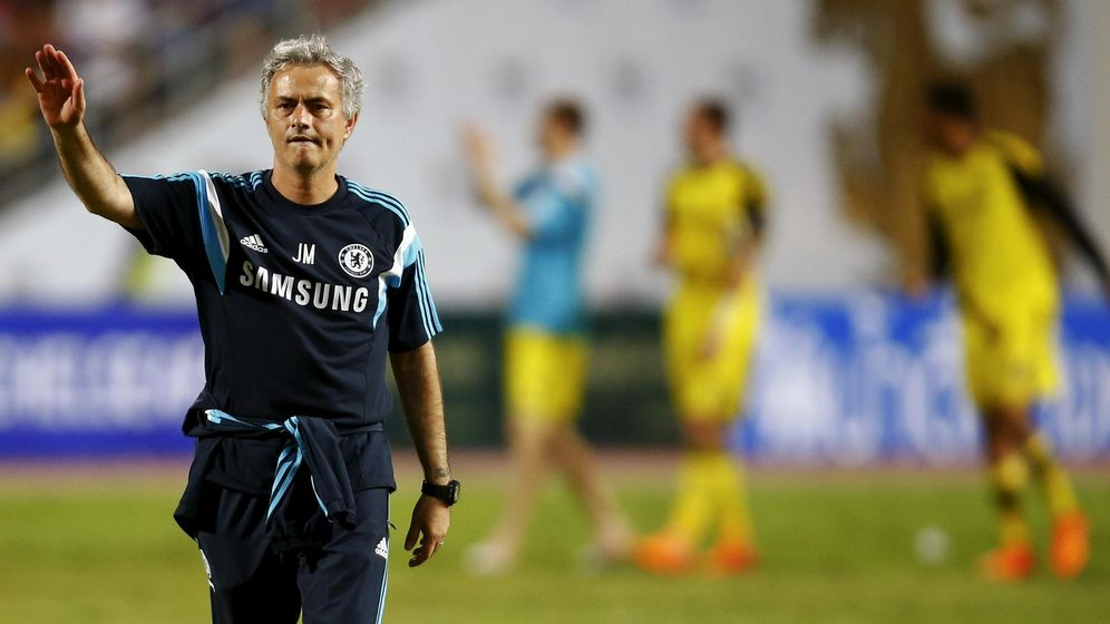 Foto: Jose Mourinho saluda a la grada en un entrenamiento de esta pretemporada.