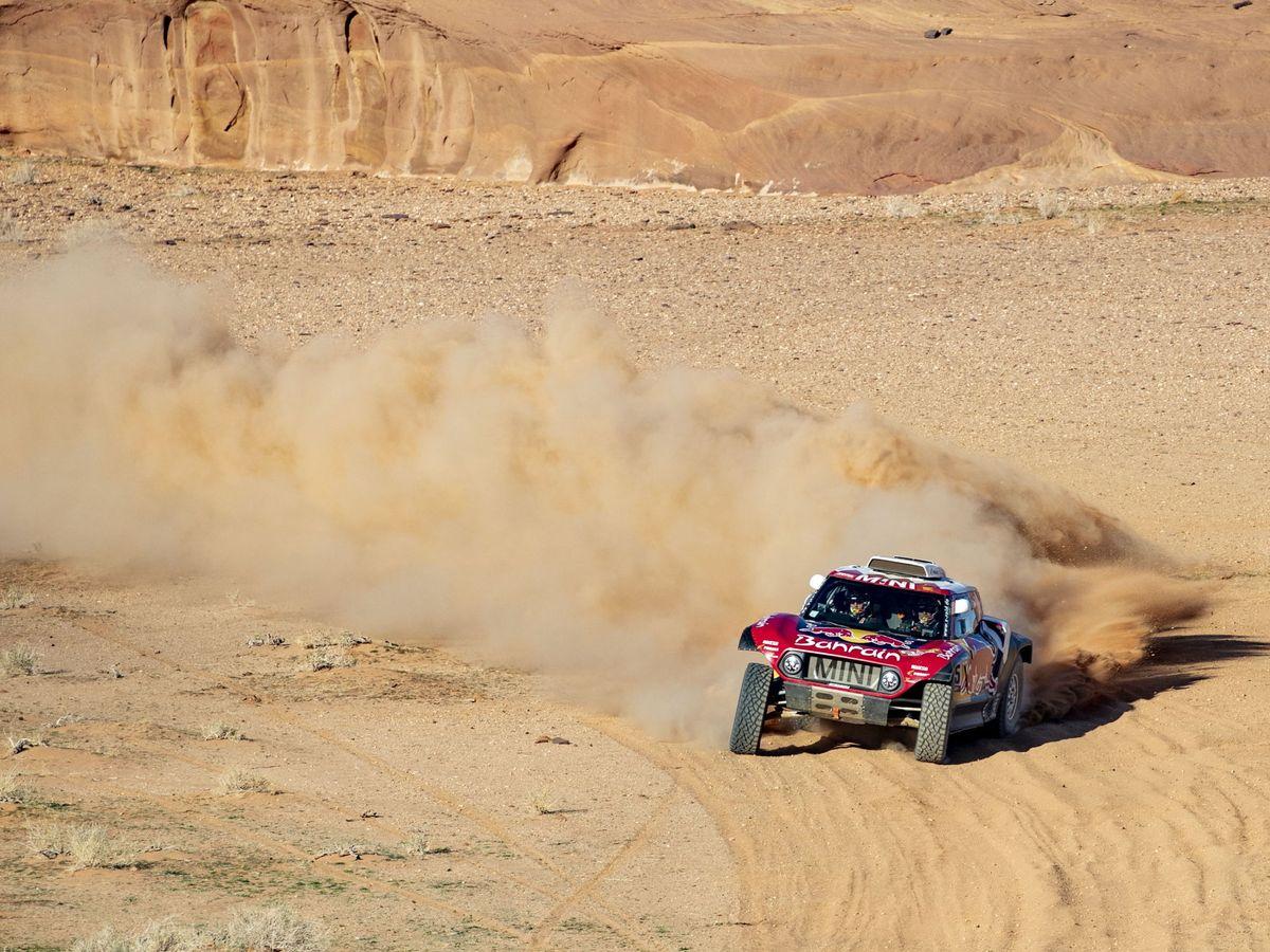 Foto: Carlos Sainz y Lucas Cruz, en su Mini, durante la quinta etapa. (EFE)