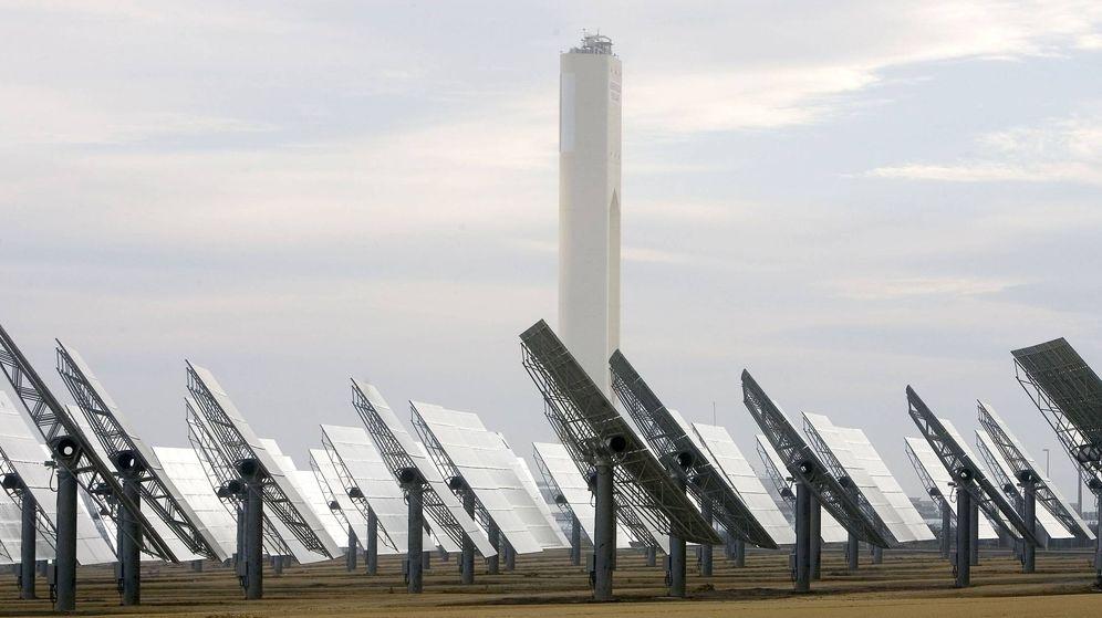 Foto: Vista de la planta solar de Abengoa en Sanlúcar La Mayor, Sevilla. (EFE)