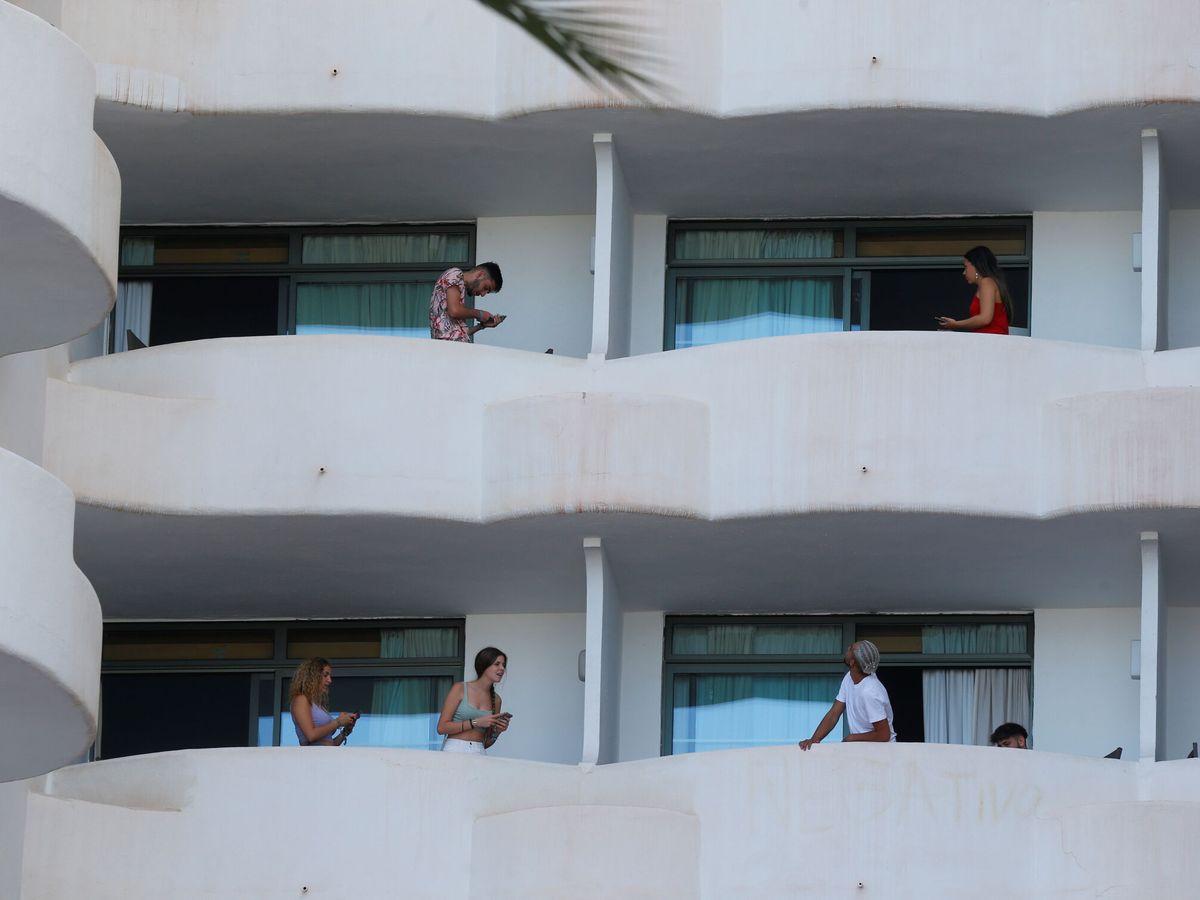 Foto: Estudiantes durante el rebrote del covid en Mallorca. (Reuters)