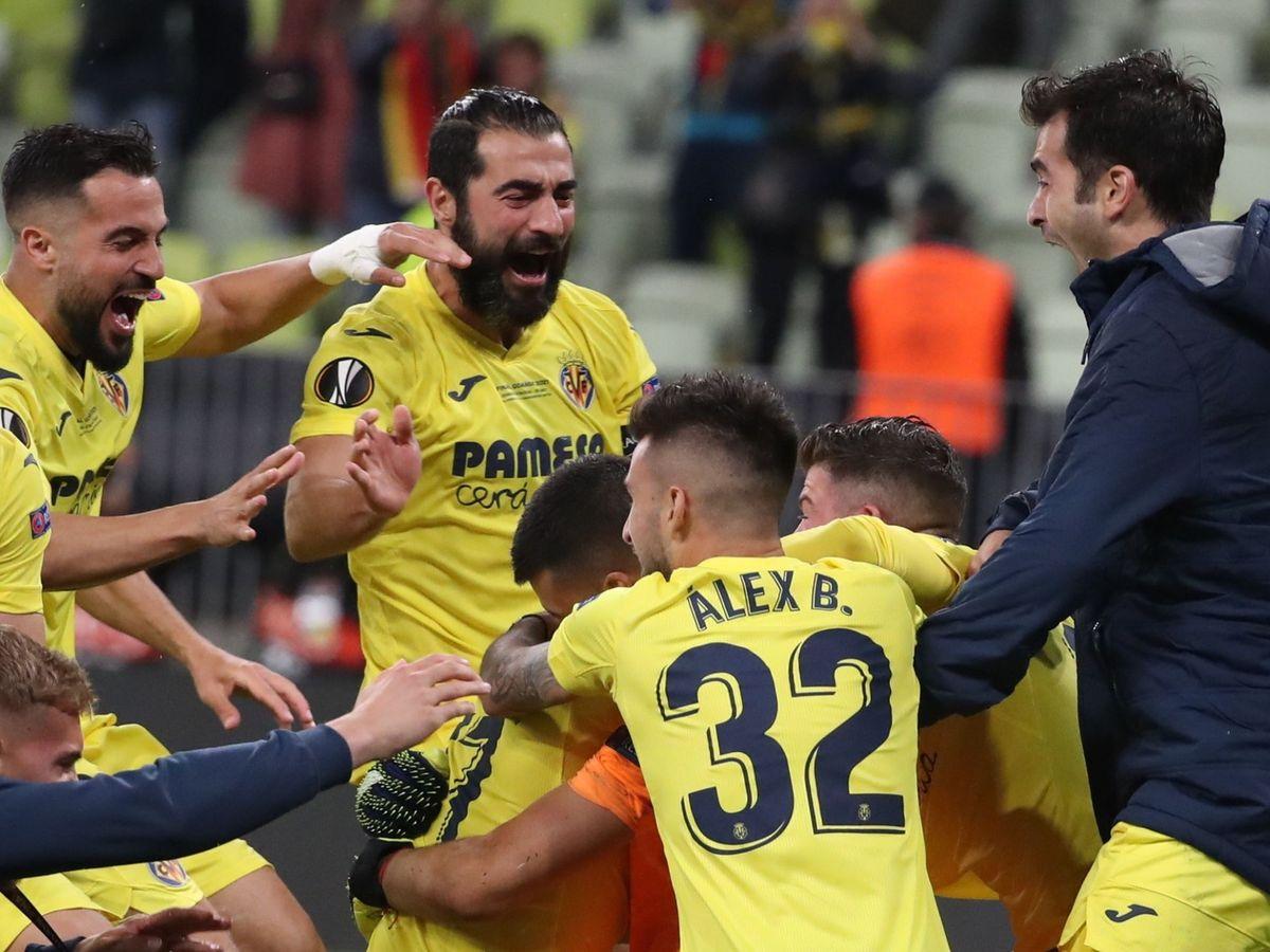 Foto: Los jugadores del Villarreal abrazan a Rulli tras detener el penalti de De Gea. (EFE)