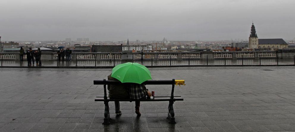Foto: Una pareja se protege de la lluvia durante un día de invierno en Bruselas. (Reuters)