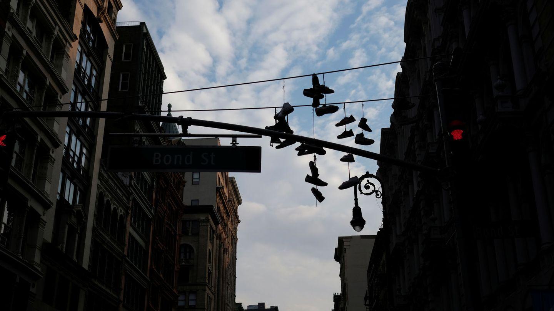 Zapatos que cuelgan de los cables de luz en el barrio de Manhattan, Nueva York. (Reuters)