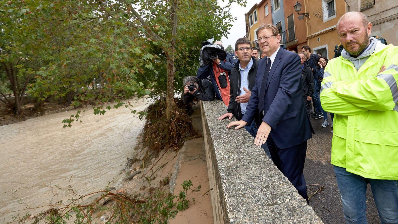 Foto: El presidente de la Generalitat, Ximo Puig, visita los lugares afectados junto al alcalde de Ontinyent, Jorge Rodríguez. (EFE)