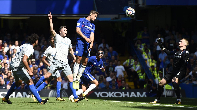 Morata marca de cabeza al Everton. (Reuters)