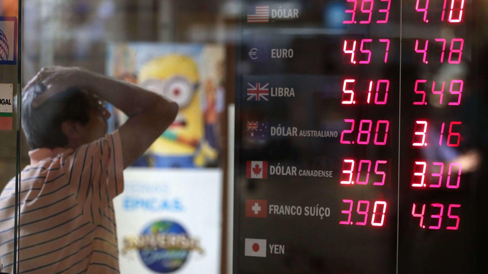 Foto: Un hombre frente a una casa de cambio en Brasil. (EFE)