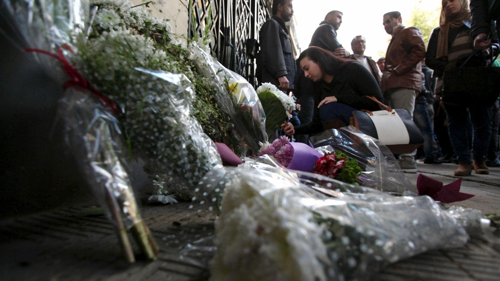 Foto: Homenaje al joven italiano asesinado Giulio Regeni ante la Embajada de Italia en El Cairo, el 6 de febrero de 2016 (Reuters).