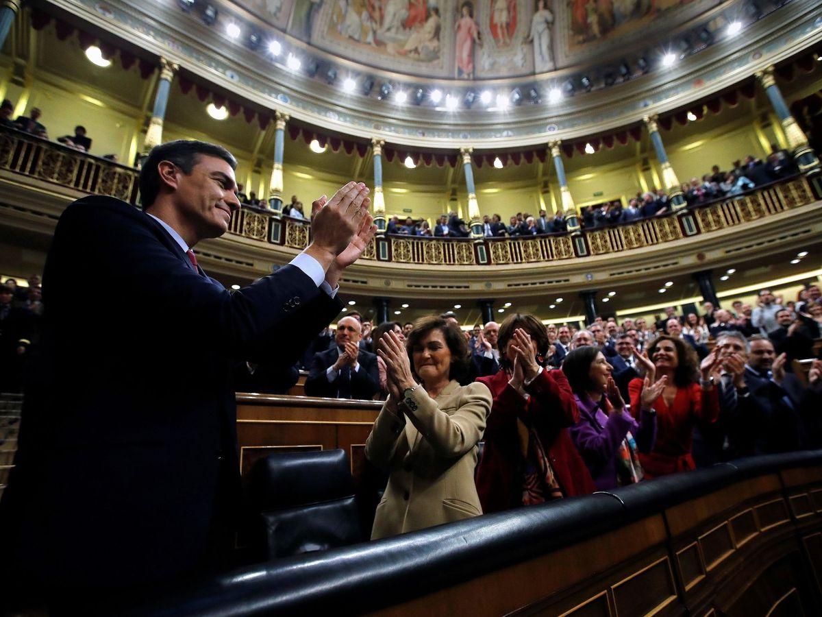 Foto: Pedro Sánchez es aplaudido por la bancada del PSOE y la de UP tras ser investido por el Congreso, el pasado 7 de enero. (EFE)
