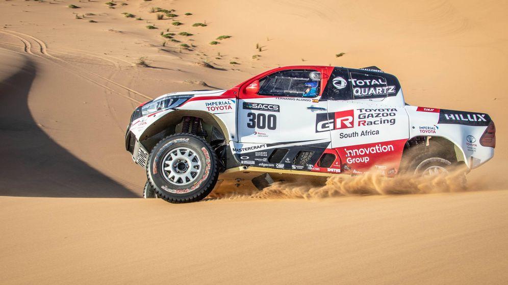 Foto: Fernando Alonso con el ToyotaHilux en el desierto de Namibia. (Foto: Toyota Gazoo Racing)