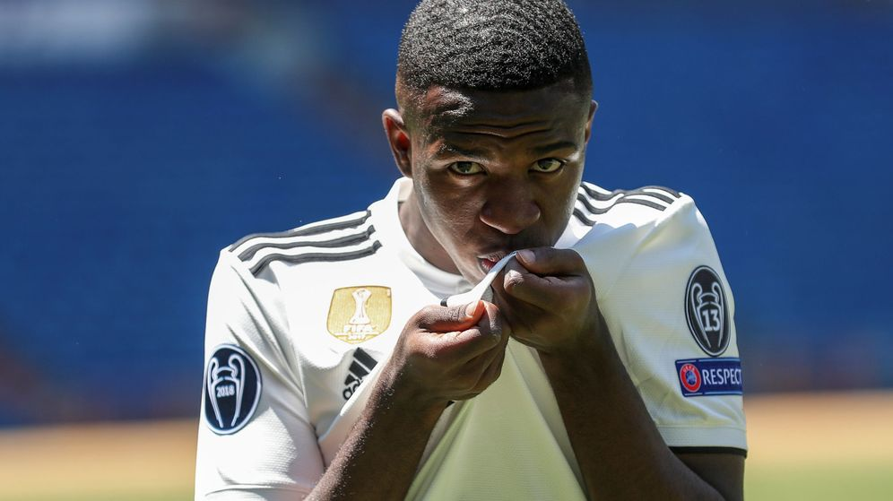 Foto: Vinicius besa el escudo de su camiseta en el día de su presentación con el Real Madrid. (Efe)
