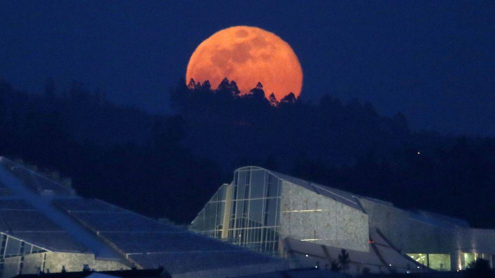 Foto: Salida de la luna llena conocida como 'luna rosa' en la noche del 11 de abril, en Santiago de Compostela (EFE)