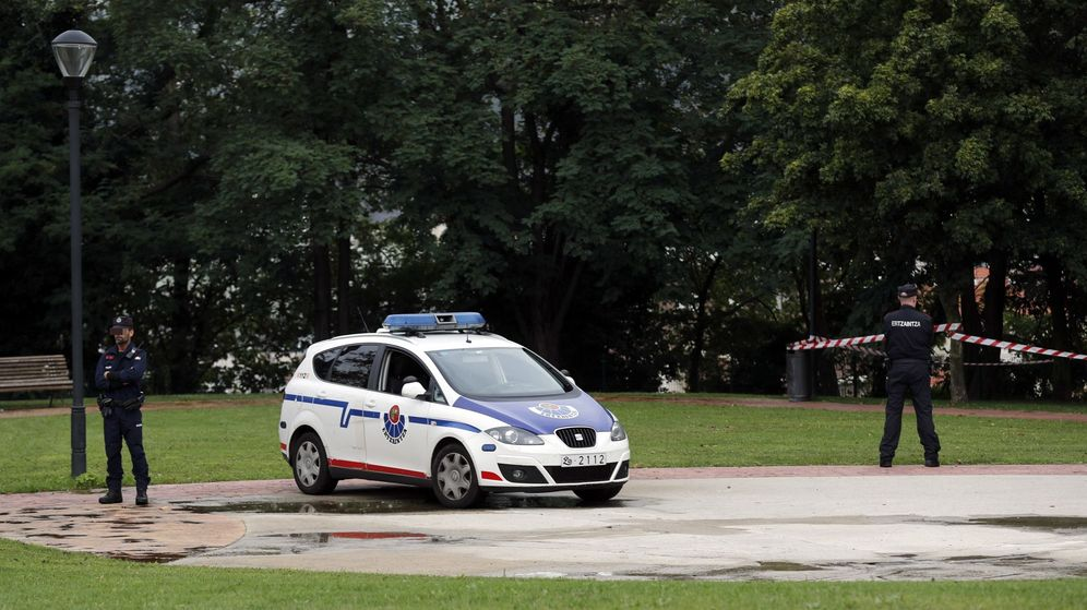 Foto: Agentes de la Ertzaintza custodian el parque de Etxebarria, donde supuestamente se produjo la violación múltiple. (EFE)