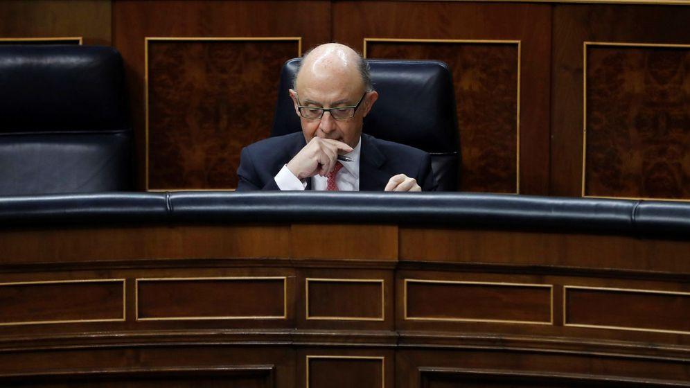 Foto: El ministro de Hacienda, Cristóbal Montoro, durante la sesión de control al Gobierno del pasado 29 de noviembre. (EFE)
