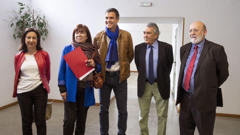 Sánchez, con Margarita Robles, Cristina Narbona, Manu Escudero y José Félix Tezanos, el pasado 11 de mayo, en la presentación del documento definitivo de su proyecto político. (EFE)