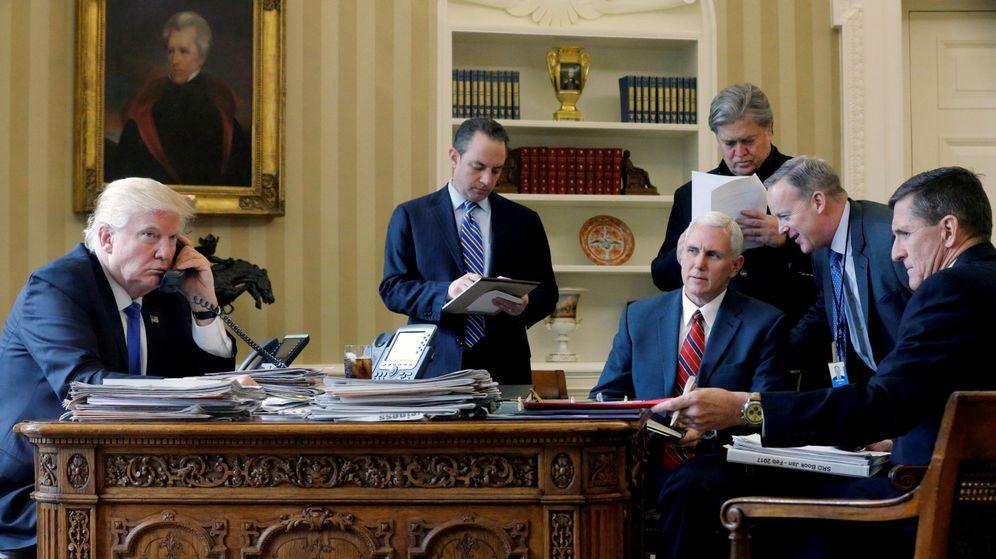 Foto: Donald Trump durante una conversación telefónica con Vladimir Putin desde el Despacho Oval, en Washington. (Reuters)