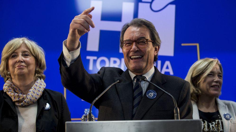Foto: El expresidente de la Generalitat, Artur Mas, la exvicepresidenta Joana Ortega, y la exconsellera de Enseñanza Irene Rigau. (EFE)