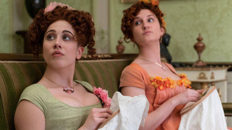 Harriet Cains (que decoloró su cabello) y Bessie Carter en 'Los Bridgerton'. (Netflix)