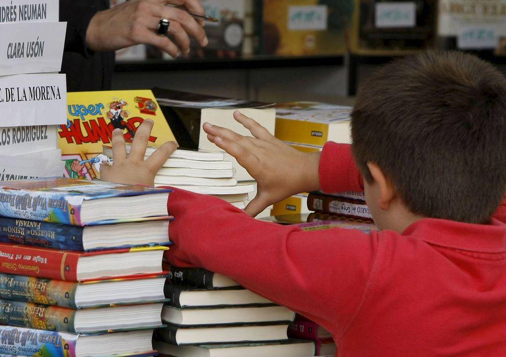 Foto: Niño buscando un ejemplar en la pasada Feria del Libro (EFE)