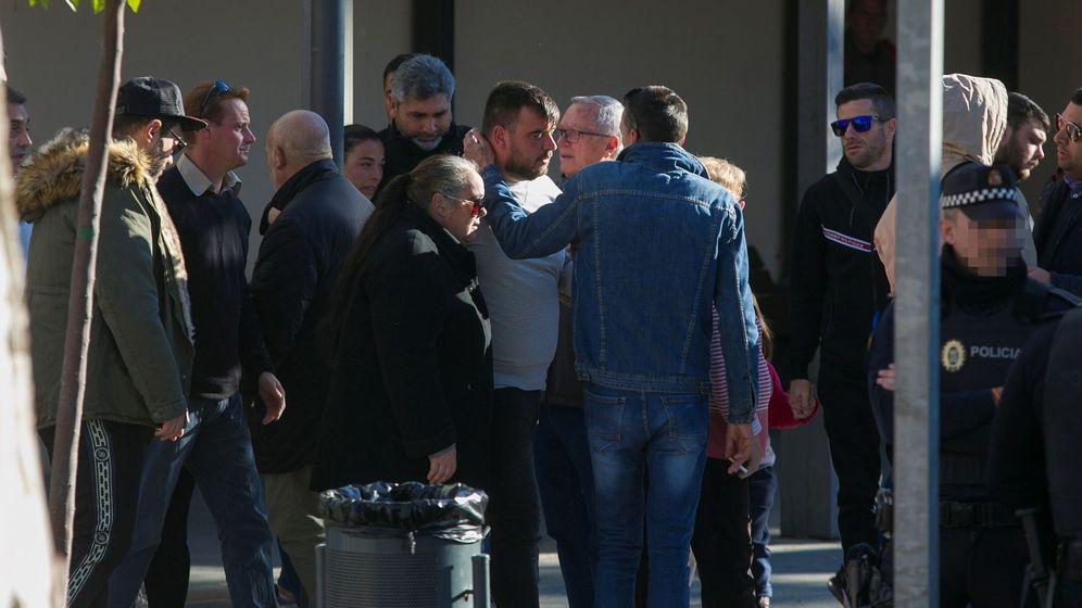 Foto: Los padres de Julen acuden al tanatorio de El Palo (Málaga) acompañados de vecinos. (EFE)