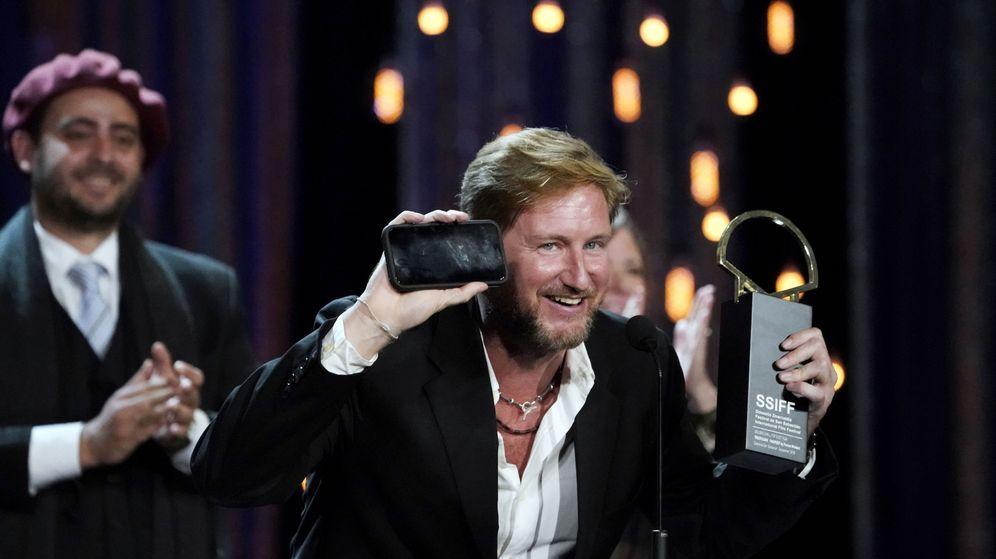 Foto: Paxton Winters recoge la Concha de Oro de la 67 edición del Festival de San Sebastián  por 'Pacificados'. (Reuters)