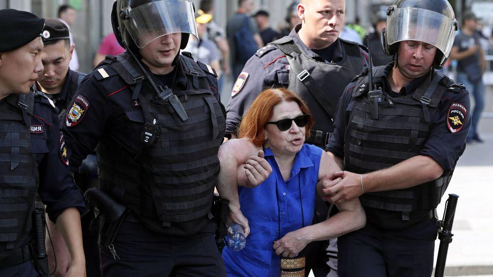 Foto: La policía detiene a una de las manifestantes este sábado en Moscú. (EFE)
