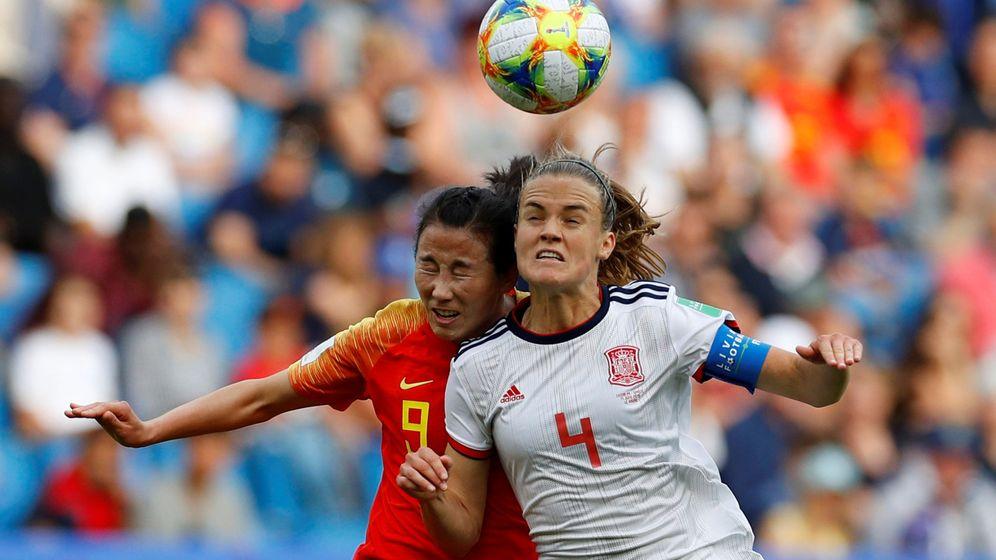 Foto: Irene Paredes pelea un balón contra Li Yang. (Reuters)