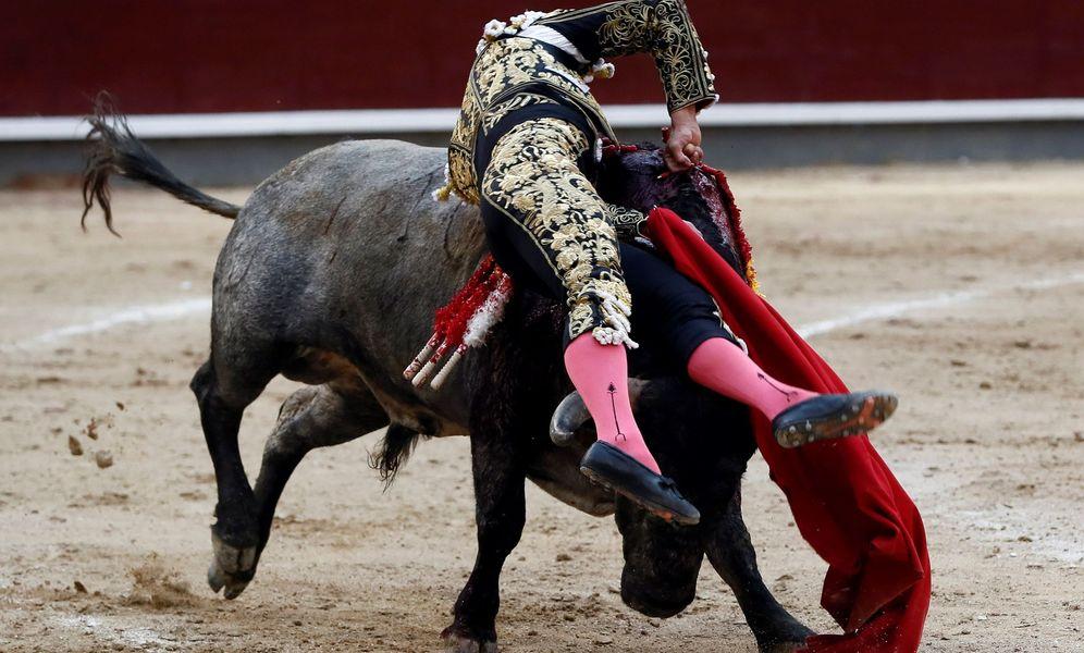Foto: El diestro colombiano Luis Bolívar entra a matar a su segundo astado. (EFE)