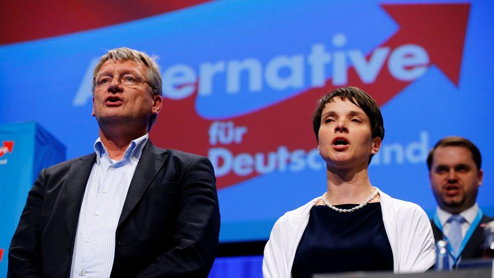 Foto: Jörg Meuthen y Frauke Petry cantan durante el congreso de AfD en Stuttgart, en mayo de 2016. (Reuters)