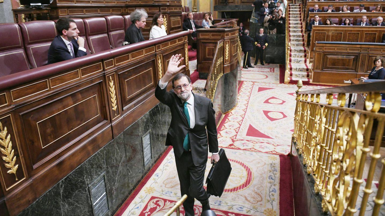 El presidente del Gobierno, Mariano Rajoy, sale del Congreso tras participar en el debate. (Dani Gago)