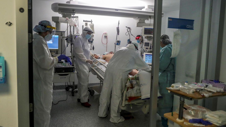 Personal sanitario en una UCI en el Hospital Puerta de Hierro. (EFE)