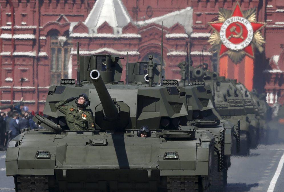 Foto: Una columna de T-14 Armata desfila en Moscú. (Reuters)