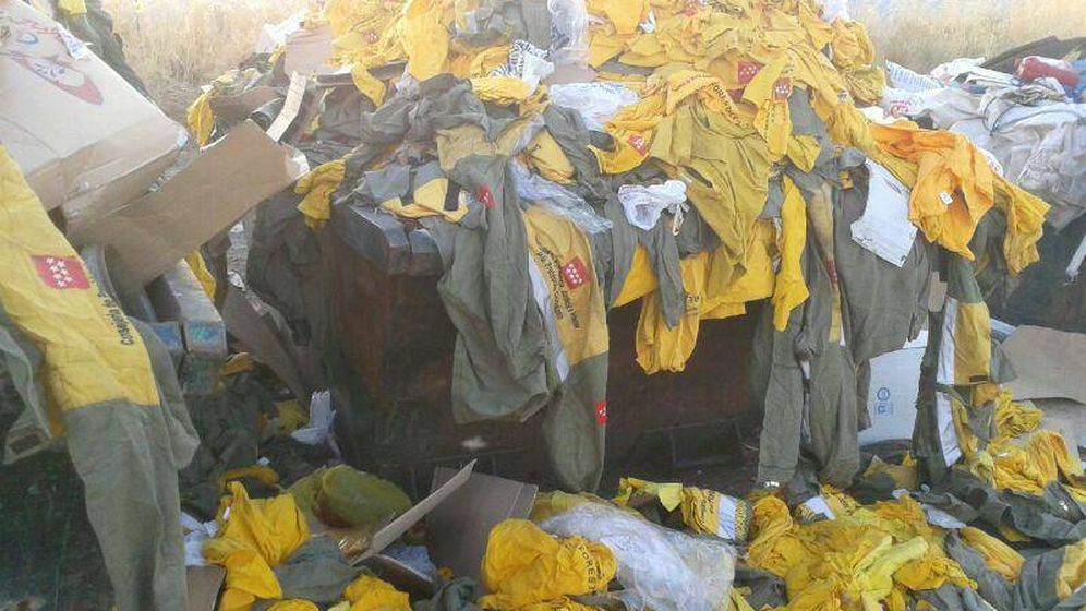 Foto: Trajes tirados en un contenedor en Buitrago de Lozoya.