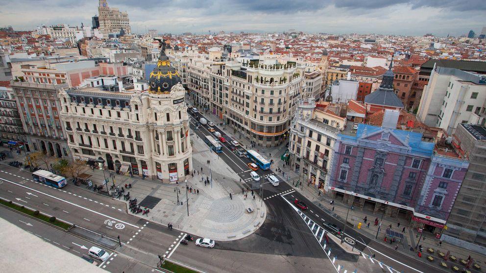 La nueva Gran Vía, en imágenes: más aceras, semáforos retro, bancos, árboles...